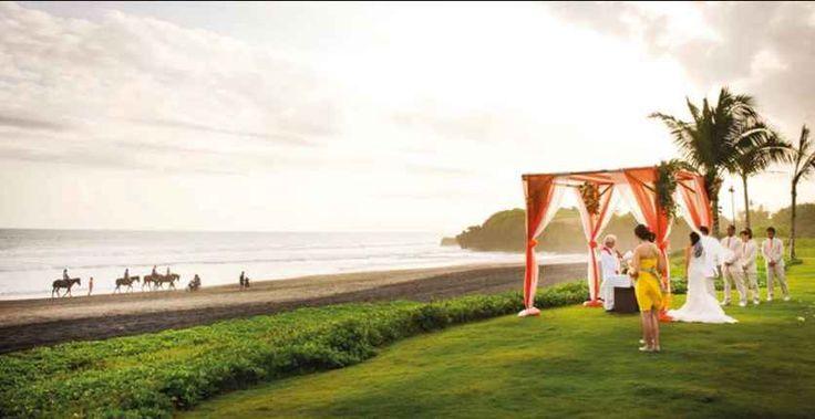 Свадьба на лужайке на закате с видом на сверкающий океан, Табанан, Индонезия - свадебный пакет от Soori Bali - iBride.com