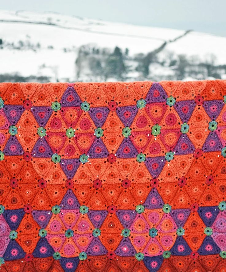 Florence Crochet Blanket by Amanda Perkins @queenieamanda #crochetblanket #crochetafghan #crochetlove #crochet #grannysquare #amandaperkins  #crochetpattern