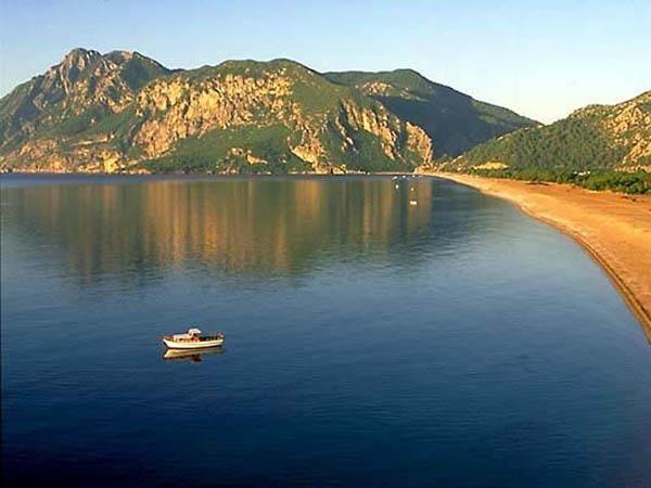 ÇIRALI KUMSALI.Ağaçlarda konaklama imkanı sunmasıyla ünlü olan Olympos kumsalı, çantasını sırtına atıp gezmekten hoşlananlar için ideal yerlerden biri. Olympos'un komşusu Çıralı da aynı gelişimi göstermeyi başardı. Üç kilometrelik kumsal, yumurtalarını gömmek için burayı tercih eden deniz kaplumbağaları için koruma altında tutuluyor.
