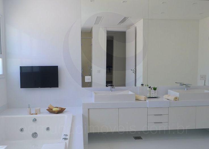 O toalete já conta com pias independentes para senhor e senhora, além de banheira de hidromassagem instalada, separada do box.