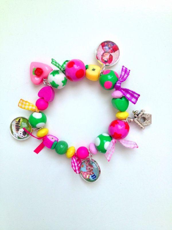 schatje met bedeltjes met retroplaatjes en lintjes | Kindersieraden (jewels for children) | mukkepuk beads retro