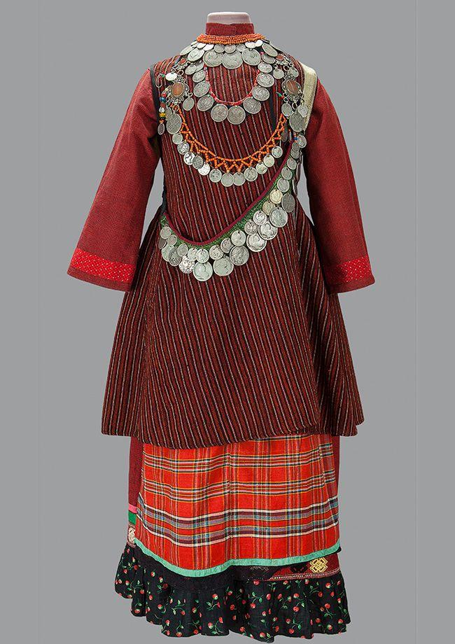 A coleção inclui exemplares que datam entre os séculos 18 e 20, incluindo roupas tradicionais dos moradores da porção europeia do país. / Traje feminino. Distrito de Baltasi, Tatarstão. Final do século 19, início do século 20.