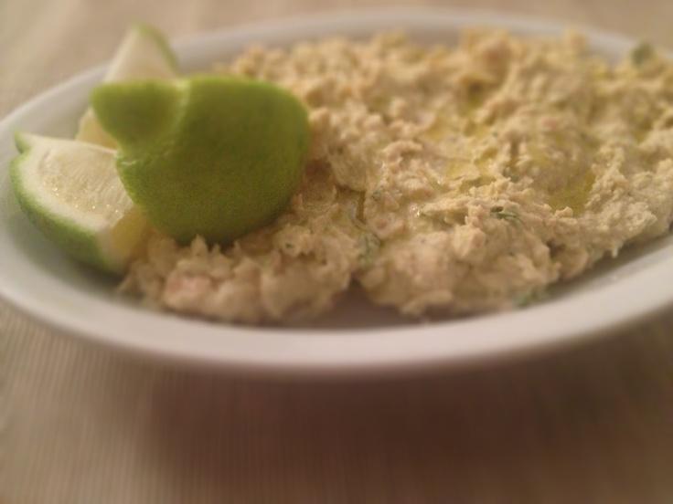 Lo hummus  è una salsa a base di ceci e pasta di semi di sesamo.  È molto diffuso in tutti i paesi arabi e nella cucina israeliana, e la sua origine si perde nell'antichità dei tempi. Ricetta su: http://www.zenzeroenuvole.it