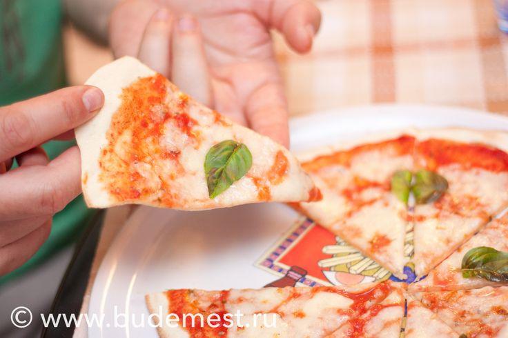Готовимся к выходным ;) Готовим Пицца МАргарита  Сложность: средне Время: 45 минут Порции: на 3 Одна порция: 432 ккал  Ингредиенты: — Мука пшеничная 250 гр — Дрожжи сухие быстродействующие 5 гр — Соль 3 гр — Вода 200 мл — Моцарелла для пиццы 150 гр — Томатное пюре 100 гр — Базилик свежий по вкусу  Пошаговый рецепт с фото http://amp.gs/mD6j #budemest #будеместь #средиземноморскаядиета #итальянскаякухня #пицца #маргарита #моцарелла #базилик #кулинария #рецепты #готовимдома