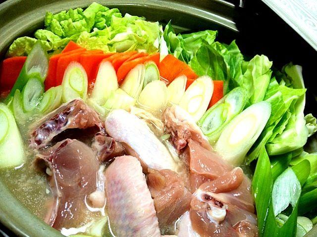 煮えたらうどんとマロニーちゃん投入しますた さらに残りのスープで明日雑炊しよっと♪(´,ο`)o¶らんらんらん - 35件のもぐもぐ - 水炊き 煮る前 Mizutaki (before boiling) by makooo
