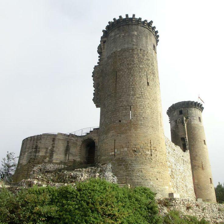 Les vestiges du château de Châteaurenard surplombent la riche plaine de la Durance non loin de l'ancien Comtat Venaissin. Sa silhouette actuelle n'est pas sans rappeler le château de Mehun sur Yévre avec ses 2 tours subsistantes dont l'une est éventrée. Il suit un plan similaire, un quadrilatère flanqué de tours rondes réaménagées plus confortablement à la fin du Moyen Age