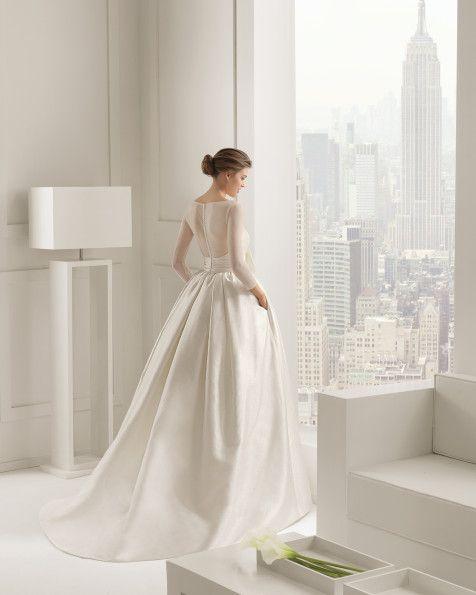 Kleid aus Baumwoll-Tüll und rustikaler Seide, in Elfenbein.