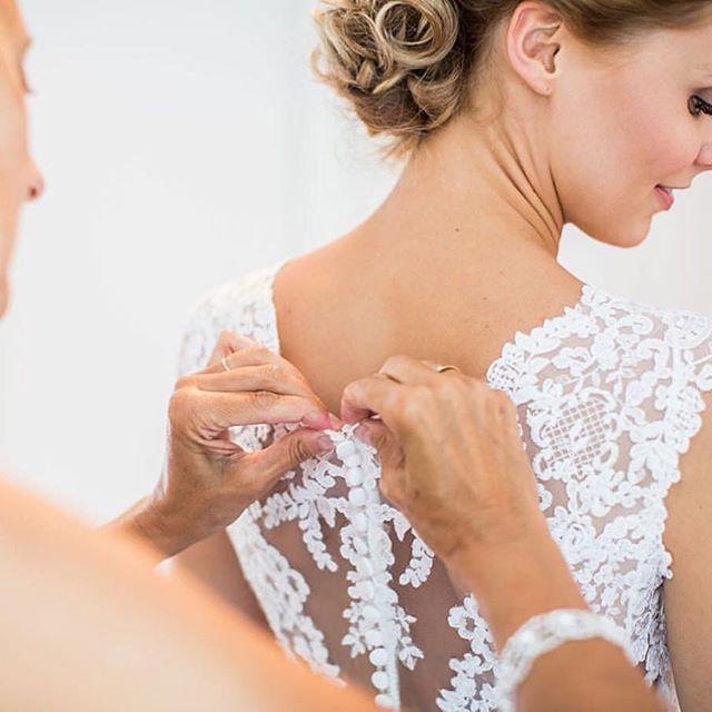 'Prachtige kanten details op deze jurk 😍 Wie helpt jou met het aantrekken van jouw jurk? Foto: @darioendaraphotography • • • • • #bruiloft #wedding #trouwen #verloofd #engaged #married #marriage #bruid #bride #weddinginspiration #trouwinspiratie #ido #isaidyes #gettingmarried #weddingideas #weddinginspo #weddingday #bridetobe #weddingplanner #weddingplanning #ceremoniemeester #trouwadvies #eventprofs #eventplanner #weddingphotography #trouwfotografie #weddingdress #trouwjurk' by…