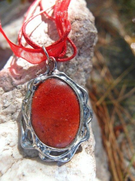 Predstavujem Vám originálne šperky z dielni Katu-Hula. Materiál: červený korál (Vďaka svojmu zloženiu pozitívne vplýva na kosti, zuby, nechty a vlasy.), vlastná zliatina strieborného...