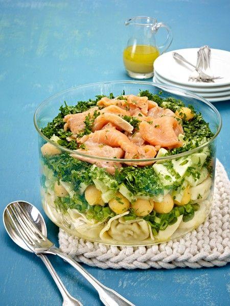 GrillsalateSchicht für Schicht ein Genuss: fruchtiges Obst, würziges Gemüse und gekochter Schinken - eingebettet in eine Soße aus
