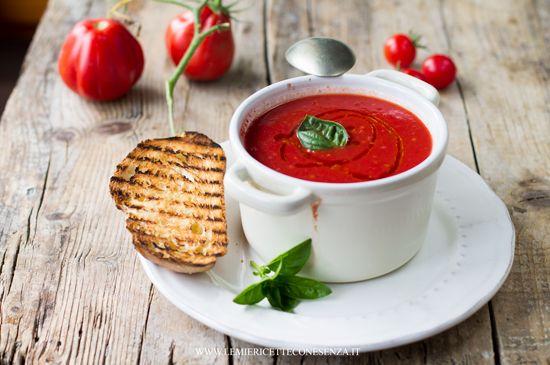 Zuppa di pomodori,minestra di pomodori che assomiglia ad una pappa col pomodoro, ricetta a base di pomodoro fresco semplice e veloce. Pomodoro e licoprene