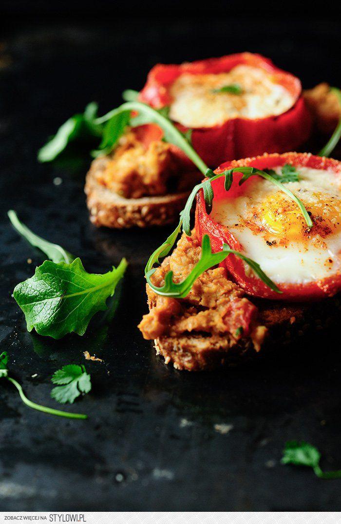 Grillowana papryka z jajkiem i hummusem | na śniadanie,… na Stylowi.pl