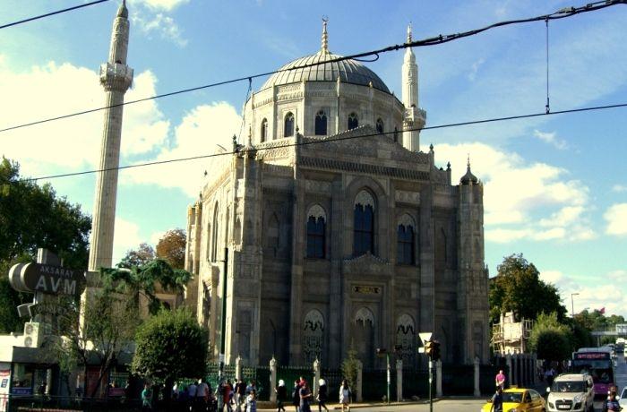 Pertevniyal Valide Sultan Camii; İstanbul Suriçi Aksaray meydanında 1869-1871 tarihlerinde Atatürk Bulvarı ile Turgut Özal Caddelerinin kesiştiği yapı adasında Sultan I. Abdülaziz'in annesi ve Sultan II. Mahmut'un eşi olan Pertevniyal Valide Sultan için inşa ettirilmiştir. Cami planlarını Sarkis Balyan'ın çizdiği, hazırlanmasına Hagop Balyan`ın katıldığı da bilinmektedir. Mimarı Montani'dir. Çizim işlerinde, desinatör Osep çalışmıştır. Uygulama ve şantiye yönetimi için Bedros Kalfa ve…