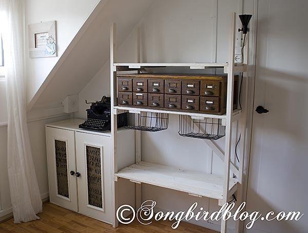 Блок промышленного хранения стиль и шкаф.  Блок выполнен из дерева и паллет построен вокруг старинных шкаф библиотека карт.  Шкаф в углу старый IKEA Хак, который получил еще один макияж.  по sharene