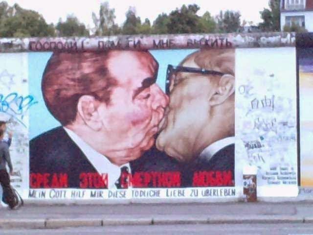 25 años de la caída del muro de Berlín - Pintada con el célebre beso entre Breznev (líder de la URSS) y Honecker (líder de la RDA) en el East Side Gallery.