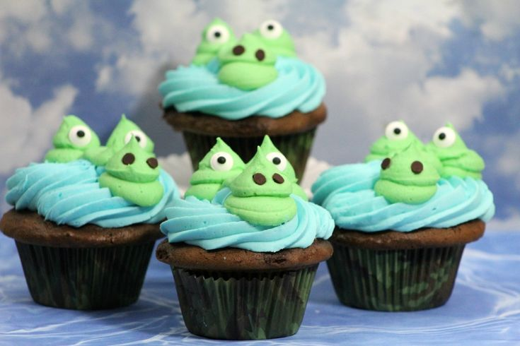 Super cute Alligator Cupcakes Recipe. Perfect for a birthday party. If you are a Florida fan, you could make these into Gator cupcakes for football season.