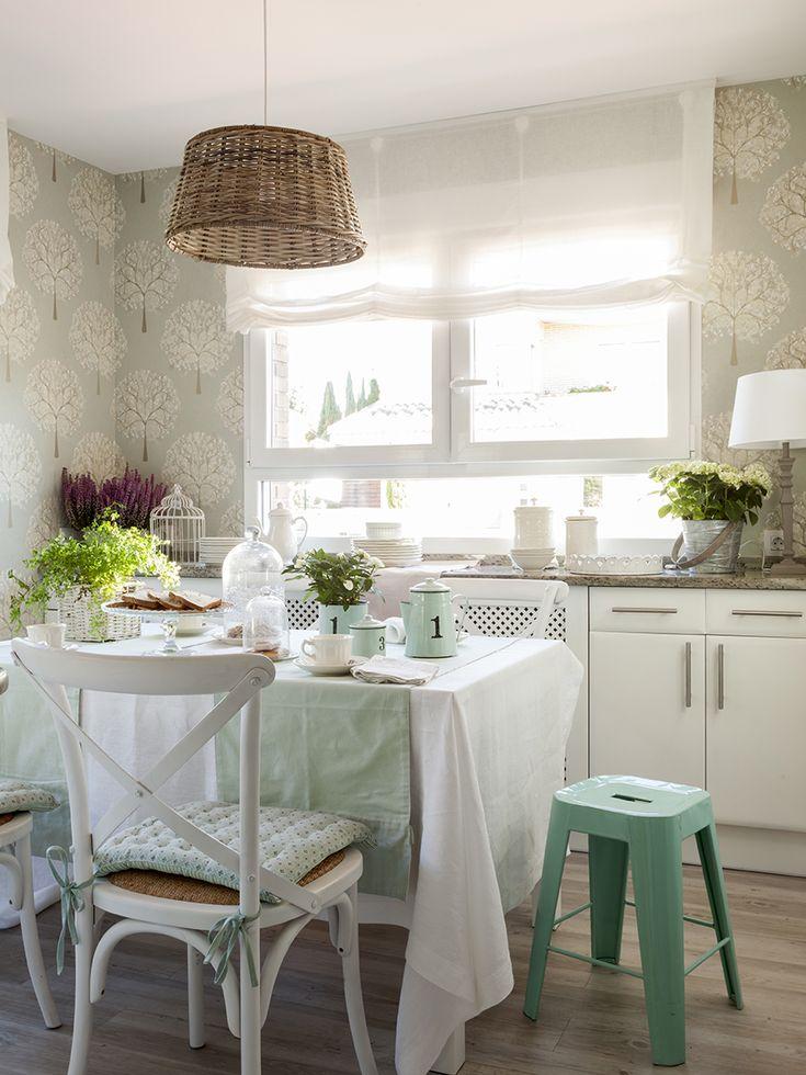 Office con papel pintado, silla cruceta blanca y taburete tolix verdeagua_412636 O
