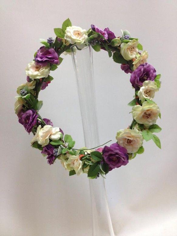 造花のアイボリーとパープルのスプレーバラを使い、間に小さな実をリズム良くミックスしてある花冠。ウエディングドレスでの披露宴入場時や、お色直しのカラードレス、 ...|ハンドメイド、手作り、手仕事品の通販・販売・購入ならCreema。
