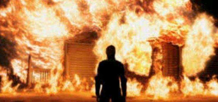 Ngamuk Alwi Nyaris Bakar Rumah Polisi  KONFRONTASI-Seorang pria bernama Alwi alias Lokong (40) mengamuk membabi buta di Jalan Banta Bantaeng Makassar Jumat (30/12) kemarin.  Alwi bahkan nyaris membakar rumah seorang anggota polisi. Dia sudah menyiram bagian dalam rumah tersebut dengan bensin.  Alwi mengamuk saat sebagian besar warga menunaikan Salat Jumat. Situasi mencekam. Para ibu-ibu yang melihat ulah Alwi panik dan berteriak. Mereka pun bereaksi.  Alwi sendiri adalah saudara dari anggota…