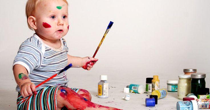 Artesanatos e atividades para bebês usando tinta guache. A pintura oferece aos bebês uma oportunidade de explorar o mundo de modo sensorial. Eles podem gostar de sensação da tinta esguichando por seus dedos e deslizando pelo papel. Outros bebês podem não gostar da textura da tinta e evitar atividades que exijam que eles entrem em contato direto com o material. Proporcione experiências que permitam ao ...