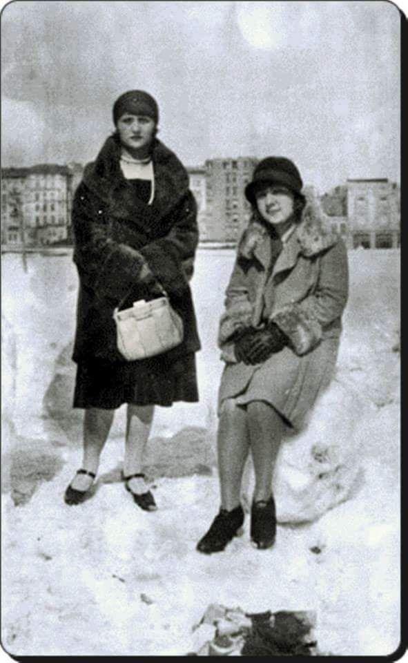 Taksim Meydanı'nda 1929 kışında çekilmiş bir fotoğrafta iki kadın #istanlook #nostalji #birzamanlar