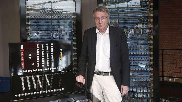 """Erfindung des Computers-Man mag denken, der Computer sei in den USA erfunden worden - und in den Vereinigten Staaten wird diese Behauptung auch bis heute gern verbreitet. Aber es war eigentlich ein Deutscher, der diese gewaltige technische Revolution angestoßen hat. Der Berliner Bauingenieur Konrad Zuse entwickelte ab den 1930er Jahren programmgesteuerte Rechenautomaten. Im Jahr 1941 gelang ihm dann der Durchbruch: Zuse konstruierte die """"Z3"""", den ersten voll funktionstüchtigen…"""