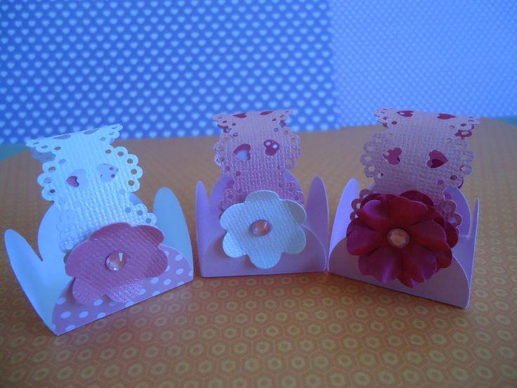 Forminhas para doces, feitas artesanalmente com técnicas de scrapbook. <br> <br>Pedido mínimo: 50 unidades.