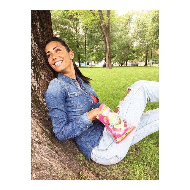 #FedericaNargi Federica Nargi: In questo pomeriggio al parco non può mancare il mio dolce spuntino al gusto di succhi di frutta #naturallygood #dietorelle #succhidifrutta @dietorelle