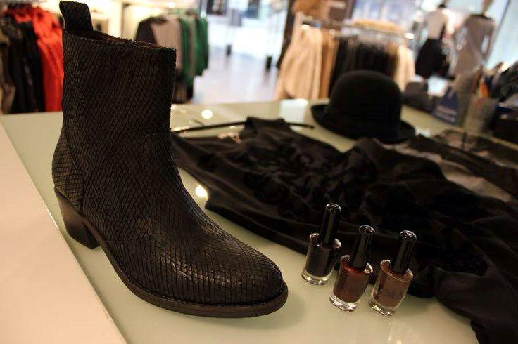 Close up shoot! #fashion #schoenen #jeans #dresspoint #etalage #leer #suede #schoen #boots #fashionforwomen #fashionista #heerhugowaard #fall #herfst #mode #modewinkel #collectie #kleding #shoppen #onlineshoppen #shop #online #broek #leuk #leukste #mooie #mooi #winterkleding #herfstkleding #hoed #blouse #tas #tassen #tasje #blousje #sjaal #wol #geel #vest #trui #broeken #pantalon #jas #jasjes #jassen #nagellak