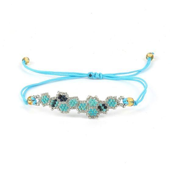 Bracelet fantaisie femme tendance sublimera toutes vos tenues. Ce bracelet est composé de perles de rocaille formant des motifs tendance. Ce bracelet s'adapte à toutes les morphologies de poignet. Il est réglable via son fermoir coulissant à nœud. Le bracelet incontournable de la saison!  Souple et léger, il s'enroule délicatement autour de votre poignet  Emballage cadeau offert!