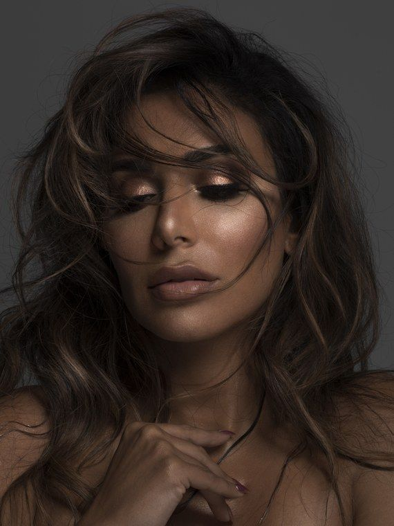 For weeks, Huda Kattan has been hyping up her upcoming palette with a sneak peek at the metallic cover and swatches. Today, the beauty guru finally revealed what's really inside the much-anticipated Huda Beauty 3D Highlighter Palette.