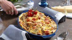 Så mycket gott i samma form! Örtkryddad köttfärs med extra sting från chorizo och krämig ostsås gör pastagratängen till något alldeles extra.