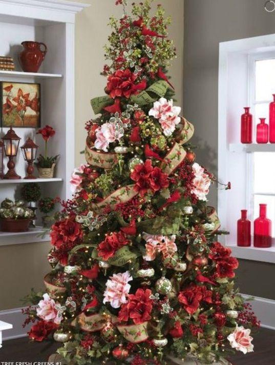 christmas decorating ideas | Uno splendido albero decorato con fiori rosa e rossi e rami di piante ...