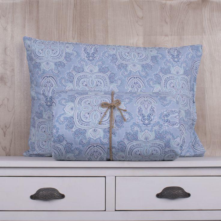 Quilt de 200 hilos, diseño Paisley azul y acqua. Contiene una sábana ajustable, sábana superior y fundas de almohadas. Colección Indira.