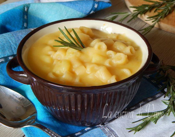 minestra cremosa di pasta e patate, una minestra unica per il suo sapore delicato e per la sua cremosità, un primo piatto facile e veloce da fare con patate