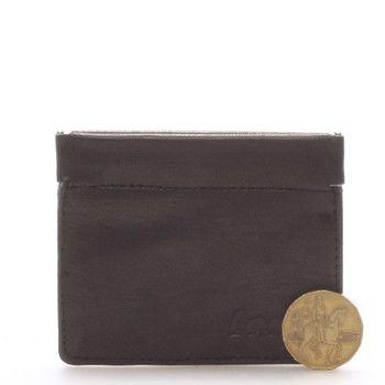 Nabízíme Vám kvalitní koženou černou peněženku Delami pouze na mince (popřípadě poskládané bankovky). Otevírání je zajištěno silným magnetem, takže se nemusíte bát, že by Vám peníze vypadaly. Peněženka je záruka, jak ušetřit místo a přitom mít peníze stále u sebe.