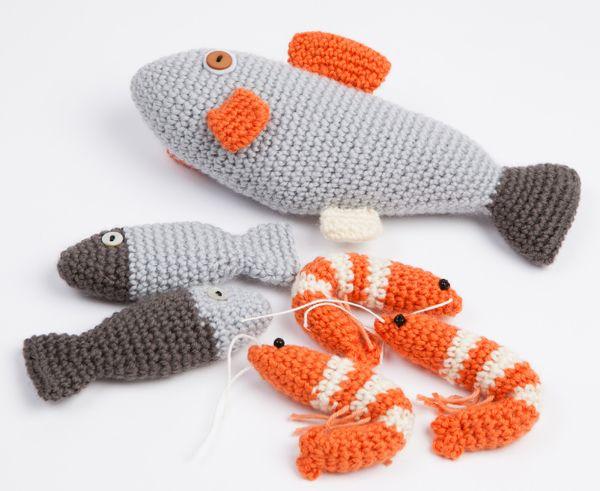 """Fiskene kunne også hækles i sølvgarn, med en magnet inden i snuden og bruges til """"fiskedam""""-spil."""
