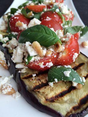 Gegrilde Aubergine met feta en tomaatjes Deze heerlijke vegetarische maaltijd zit boordevol vitamientjes en is een heerlijke afwisseling in je weekmenu. De aubergines krijgen door het grillen een wacht zacht zoete smaak en de salade van tomaten, feta en pijnboompitten zorgen ervoor dat er weer een beetje pit in komt. Met andere woorden een heerlijke uitgebalanceerde maaltijd waar je van zal smullen.