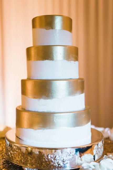 White and gold round wedding cake.