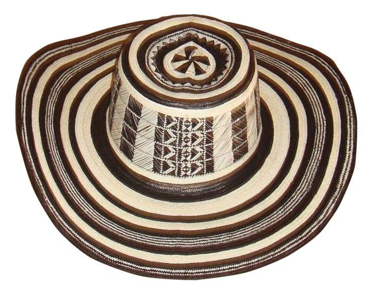 Plateia.co #ValoralaIdentidad #PlateiaColombia #Colombia #artesania #handicraft El sombrero vueltiao, algunas veces conocido como sombrero zenú, es un sombrero…