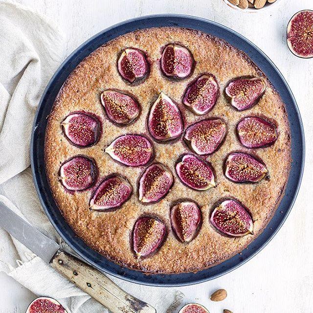 Jetzt schon eine kleine Inspiration für das Wochenende? Hier: Feigen-Mandelkuchen. 💕 Das Rezept findet ihr auf dem Blog! - - - - - - - - Little inspiration for the weekend: fig almond cake. Recipe on the blog and link in bio. - - - - - - - - #recipe #rezept #foodphotography #foodblog #foodstyling #f52grams #kuchen #cake #figs# #feigen #almonds #healthy #gesund #feedfeed #maraswunderland #ichliebefoodblogs #rezeptebuchcom #food #yummy