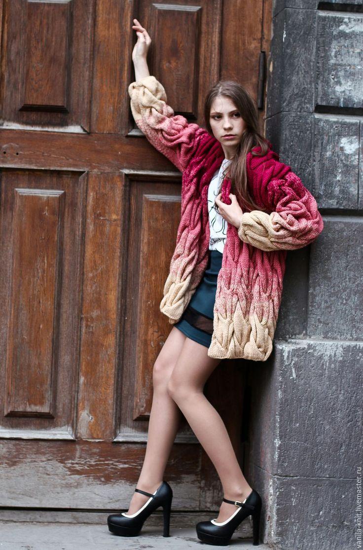 Купить кардиган с косами.  Яркий, смелый, свободный - вот стиль современной, уверенной в себе девушки и женщины.   И этот стильный ультрамодный кардиган именно для нее.