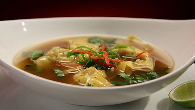 Cette recette de soupe won-ton épicée aux crevettes est tirée de l'émission Ça va chauffer! Australie.