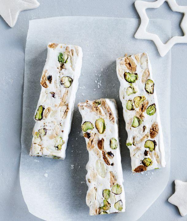Få den bedste opskrift på ægte fransk nougat med sprøde bidder af mandel og pistacie lige her.