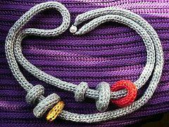 Colar de lã com argolas de lã (no tricotin)