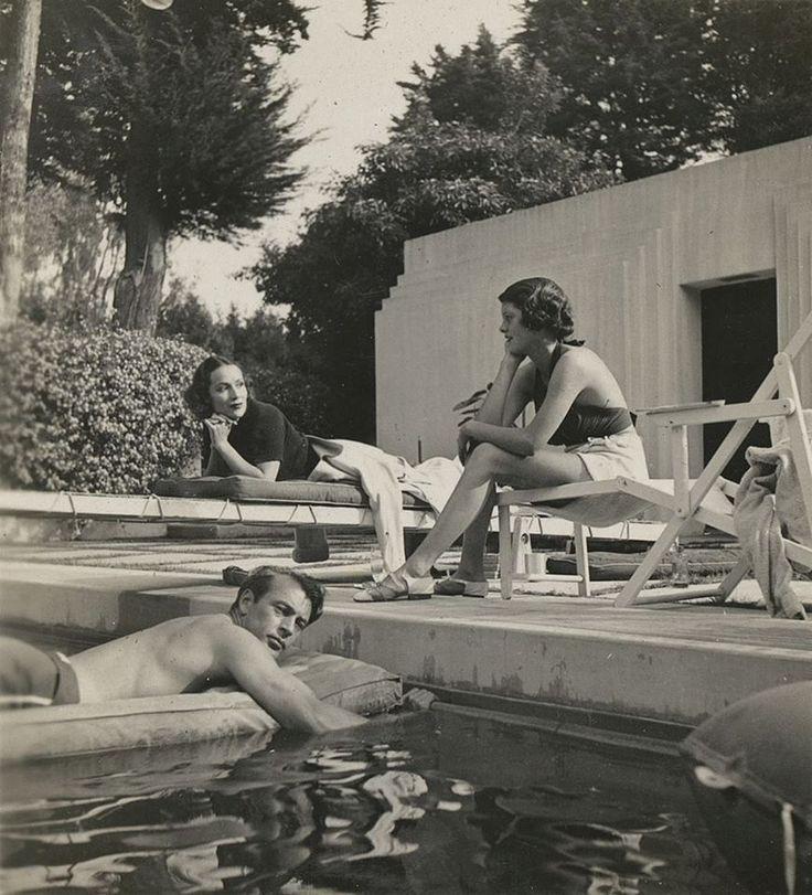 Dolores del Río con Gary Cooper y Sandra Shaw en la piscina de su casa en Santa Mónica, California. Circa 1930.