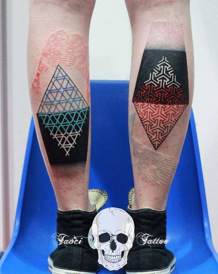 Tatuaje con distintos patrones geométricos en los gemelos.
