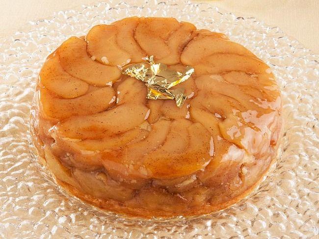 La tarte tatin, uno dei dolci più tipici della pasticceria francese, è una torta che nasce rovesciata, ovvero con la frutta a contatto con il tegame e la pasta sfoglia a ricoprire.