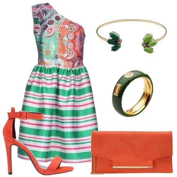 Total look composto da abito monospalla a righe e batik con lunghezza fino al ginocchio, sandali con tacco a spillo e pochette con chiusura magnetica. Completo l'outfit con bracciale e anello in metallo.