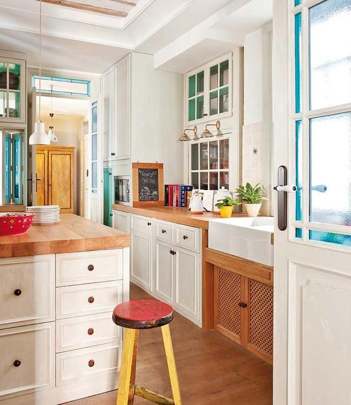 Die Küche ist Vintage trifft Mitte Jahrhundert modern, mit traditionellen weißen Schränken und warmen Holz Zähler